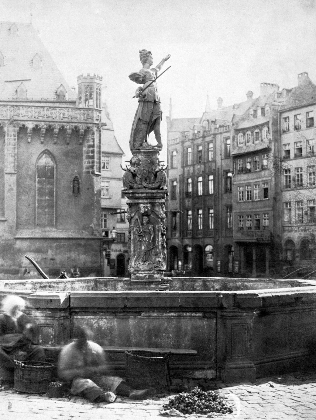 Frankfurt_Am_Main-Gerechtigkeitsbrunnen_von_Nordosten-Carl_Friedrich_Mylius-um_1865