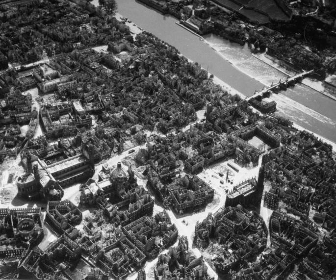 US-Luftbild_1945_Würzburg_Domstr._m_b-w_4892665549